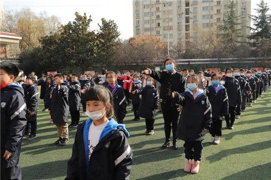 金水区文化绿城小学携手郑州市交警七大队开展交通安全知识教育课