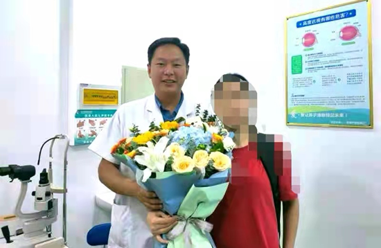 郑州童瞳眼科医院:医生火眼金睛识眼疾 患者感激送鲜花